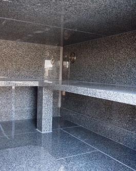 内部の安置棚